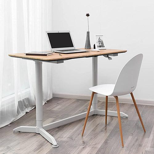 bureau assis-debout manuel songmics blanc avec cadre en bois dans le coin d'une pièce