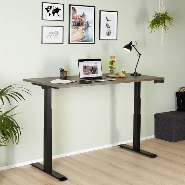 bureau assis-debout avec plateau dans une pièce moderne