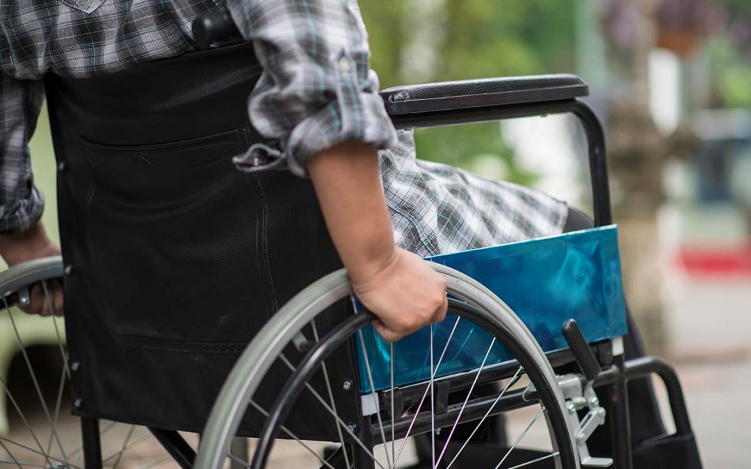 fauteuil roulant personne avec un handicap